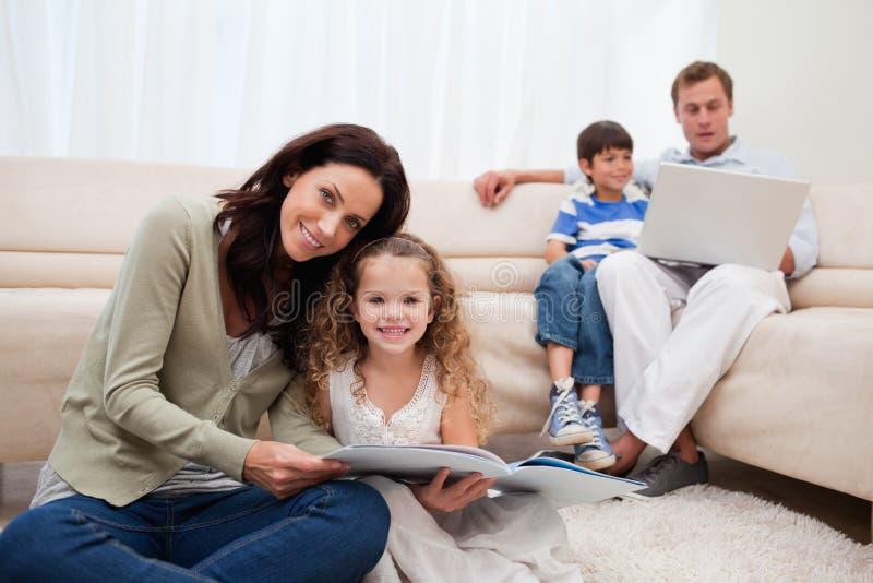 Temps libre de dépense de famille dans le salon photo libre de droits