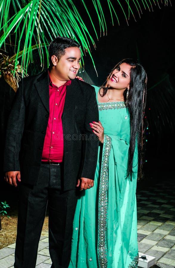 Temps libre de jeune dépense de couples la nuit image stock