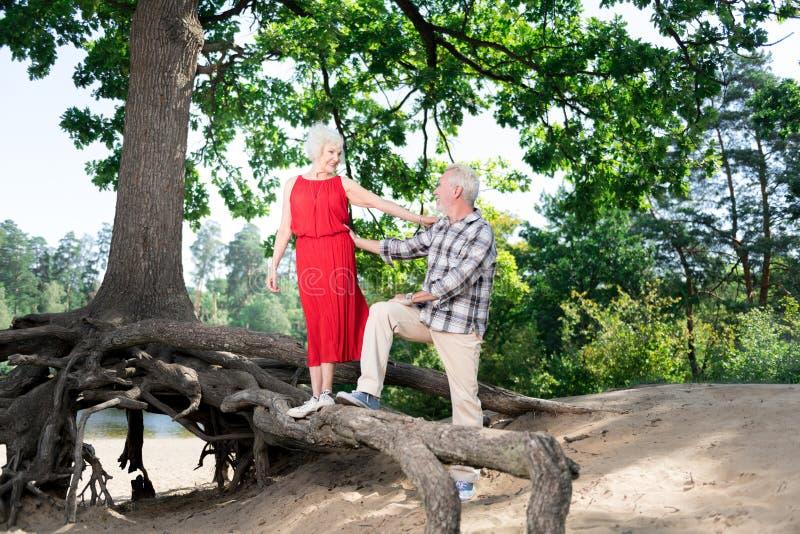 Temps libre retiré heureux de lancement de dépense d'épouse et de mari en nature images stock