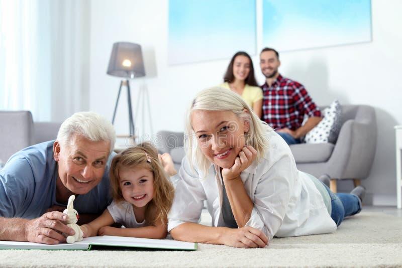 Temps mûr de dépense de couples avec leur petite-fille à la maison photo libre de droits