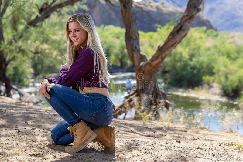 Temps mixte d'Enjoying The Warm de modèle de jeunes magnifiques dans le désert photo libre de droits