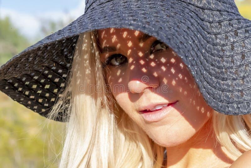 Temps mixte d'Enjoying The Warm de modèle de jeunes magnifiques dans le désert photo stock