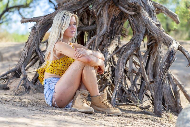 Temps mixte d'Enjoying The Warm de modèle de jeunes magnifiques dans le désert photographie stock