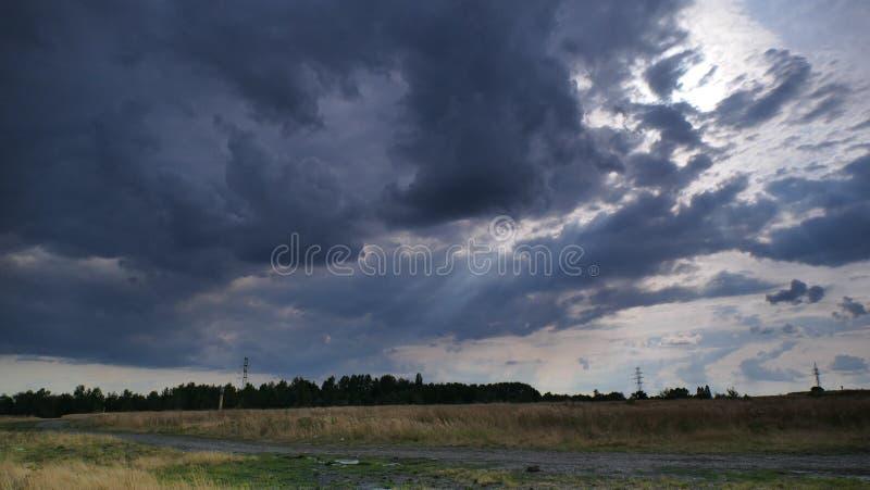 Temps nuageux, nuageux, pluvieux images stock
