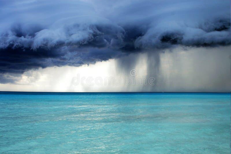 Temps orageux avec la pluie sur la plage images libres de droits