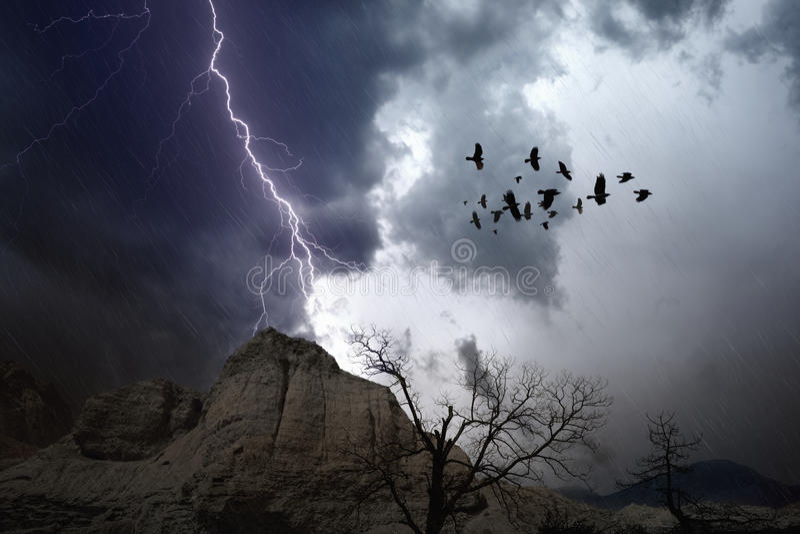 Temps orageux en montagnes photographie stock