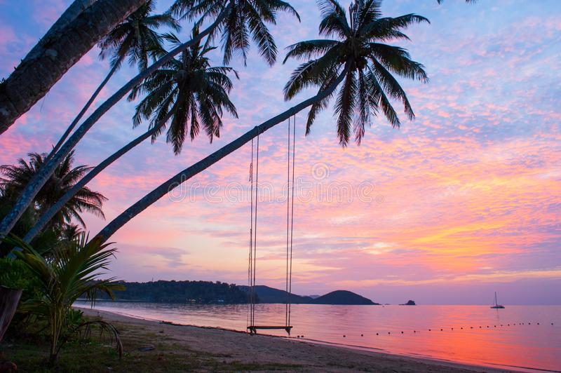 Temps paisible, beaux nuages et ciel de coucher du soleil Oscillation et coconu image stock