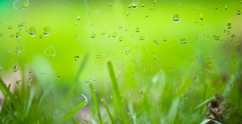 Temps pluvieux d'automne en dehors de la fenêtre image stock