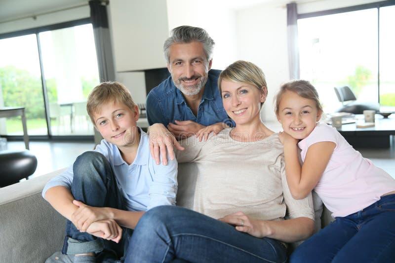 Temps soending de famille heureuse ensemble à la maison image stock