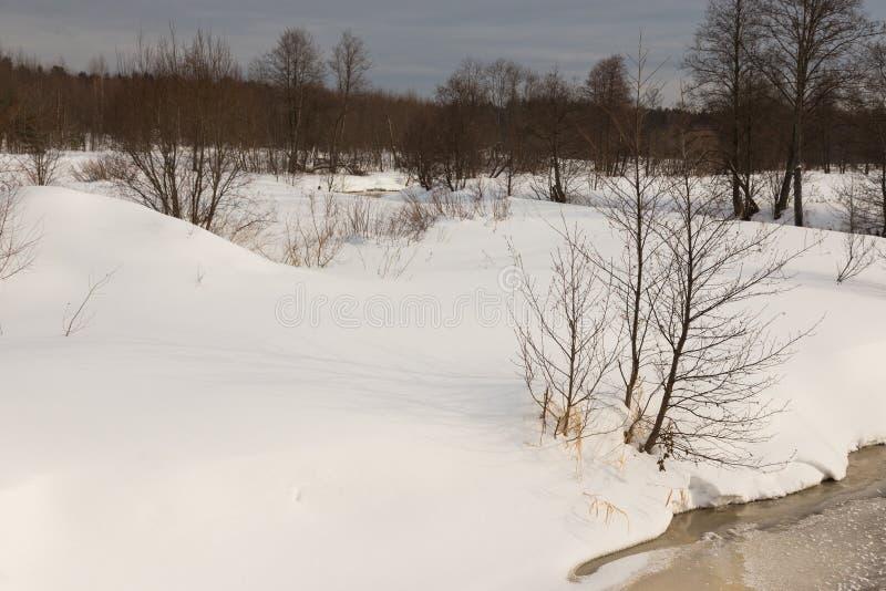 Temps sombre en hiver Paysage provincial russe images stock