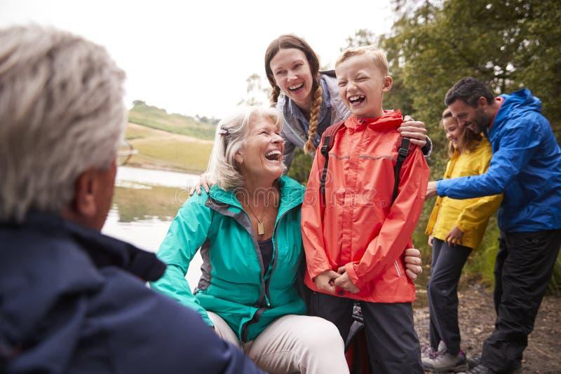 Temps spanding de famille multi de génération ensemble sur le rivage secteur de lac, lac, R-U photos libres de droits