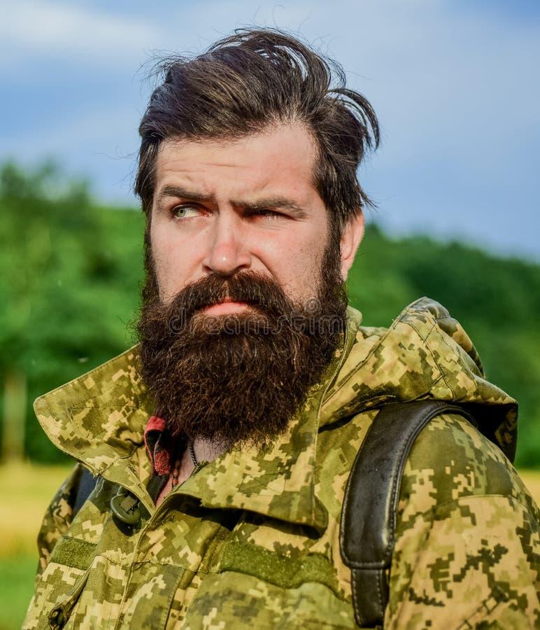 Temps venteux Homme de chasseur Saison de chasse Soldat dans l'uniforme militaire braconnier masculin brutal r barbu photo stock