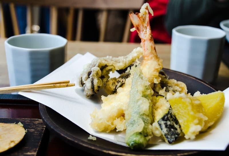 Tempura caliente mezclado en un restaurante en Tokio imagenes de archivo