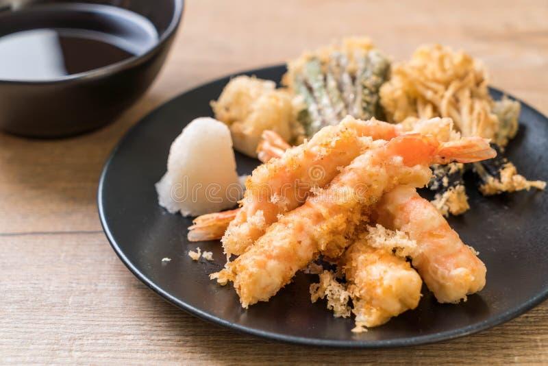 tempura de los camarones (camarones fritos estropeados) con la verdura fotografía de archivo libre de regalías
