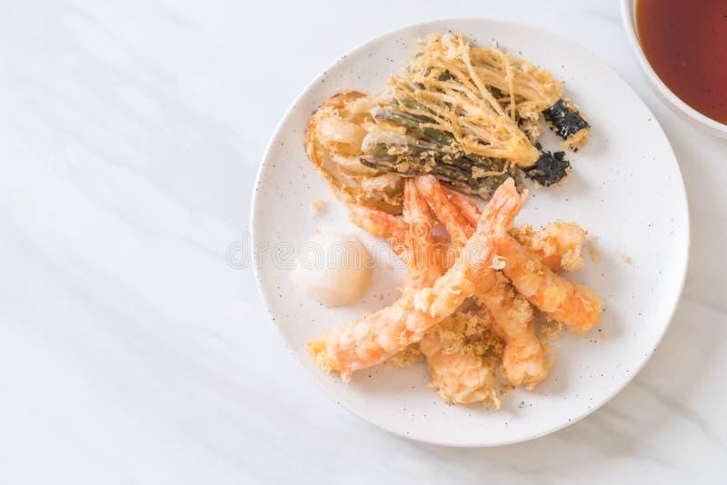 tempura de los camarones (camarones fritos estropeados) con la verdura imagen de archivo