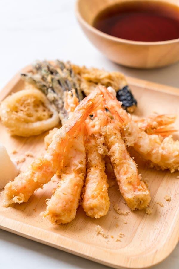 tempura de los camarones (camarones fritos estropeados) con la verdura foto de archivo