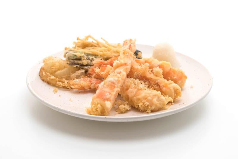 tempura de los camarones (camarones fritos estropeados) en el fondo blanco imagen de archivo libre de regalías