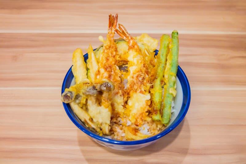 Tempura del gamberetto o del gamberetto e delle verdure con fritto nel grasso bollente sulla tazza messa sulla tavola di legno Al fotografie stock