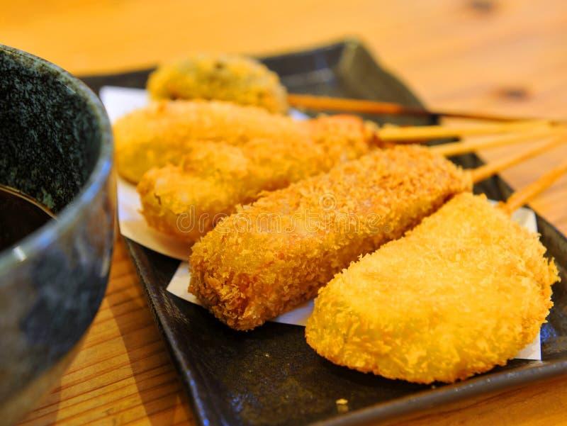 Tempura frit de pâté de poissons sur le plateau noir photographie stock libre de droits
