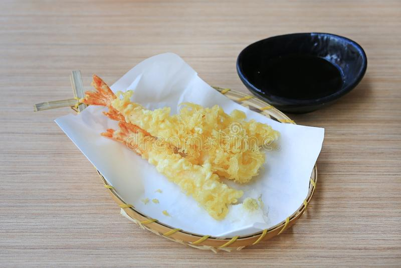 Tempura-Garnelen frittierten Garnelen mit Soße auf hölzerner Tabelle Japanische K?chenahrung stockfotografie