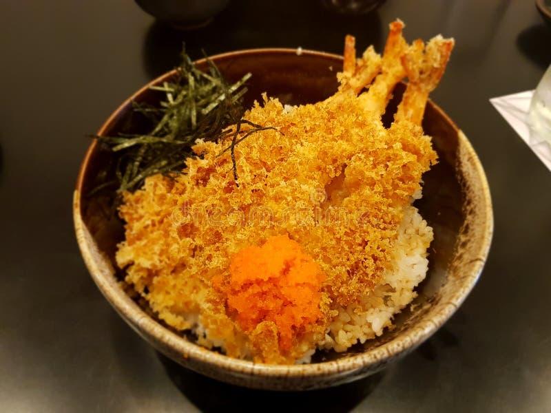 Tempura giapponese del gamberetto dell'alimento su riso fotografie stock