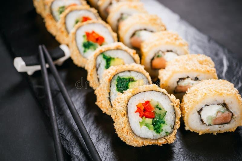 Tempura maki Japanische Sushirolle auf schwarzem Schiefer lizenzfreies stockfoto