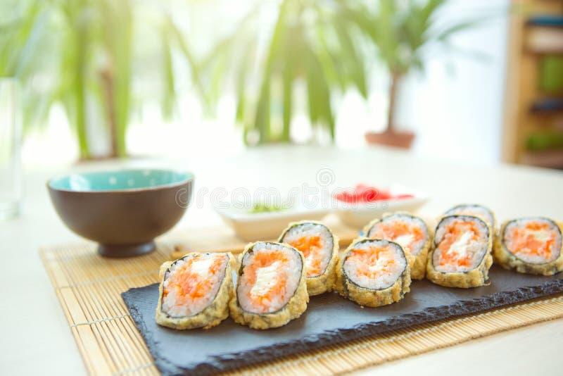 Tempura rolka z krabem i homarem Smażąca gorąca rolka z łososiem, avocado, ogórek zdjęcia stock