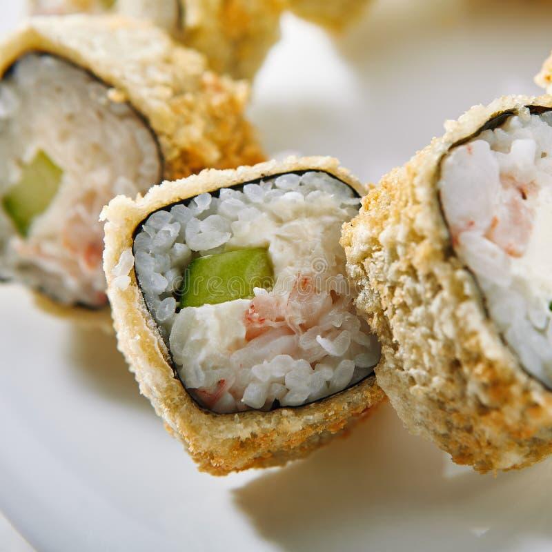 Tempura-Sushi-Rolle lizenzfreie stockbilder