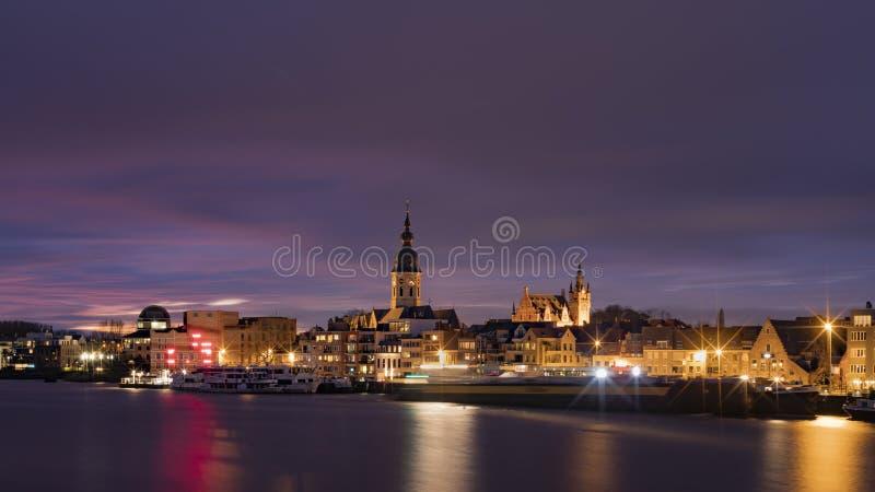 Temse, Belgien - 11 mars 2020: Den flamländska staden Temse över natten, med tanke på kyrkan i Vår dam fotografering för bildbyråer