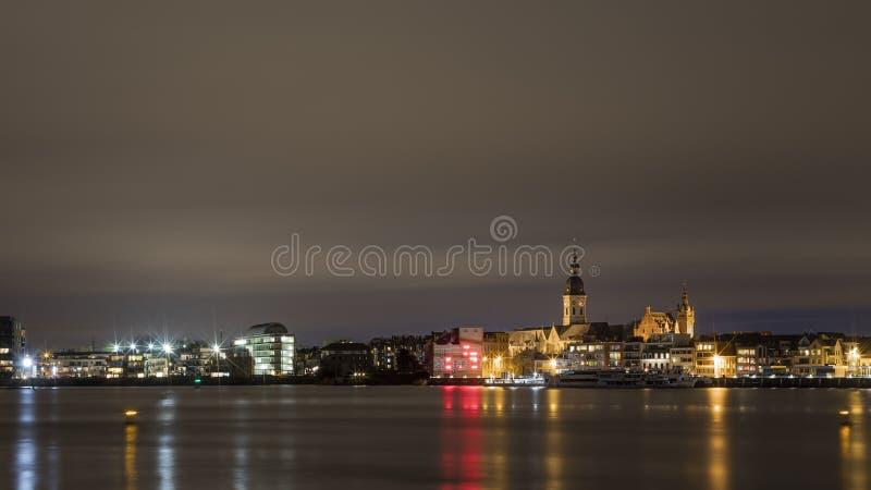 Temse, Belgien - 11 mars 2020: Den flamländska staden Temse över natten, med tanke på kyrkan i Vår dam royaltyfria foton