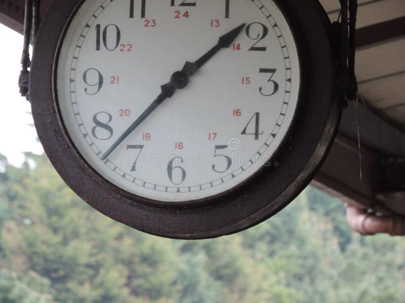 Ten fotografia jest strzałem stacyjny zegar ale i ciie niektóre ono daleko zdjęcie stock