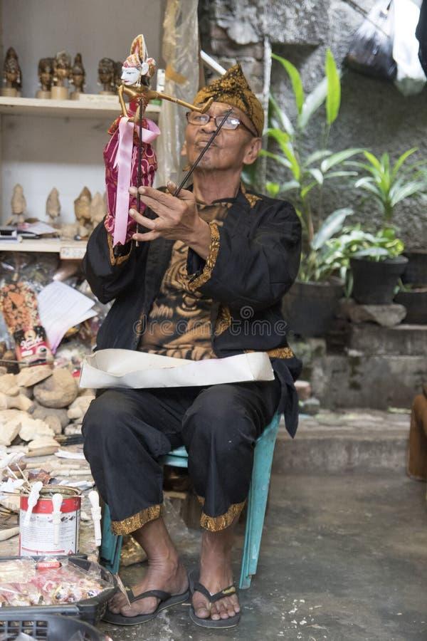 Ten mężczyzna robi tradycyjnym Indonezyjskim wajang lalom obraz royalty free
