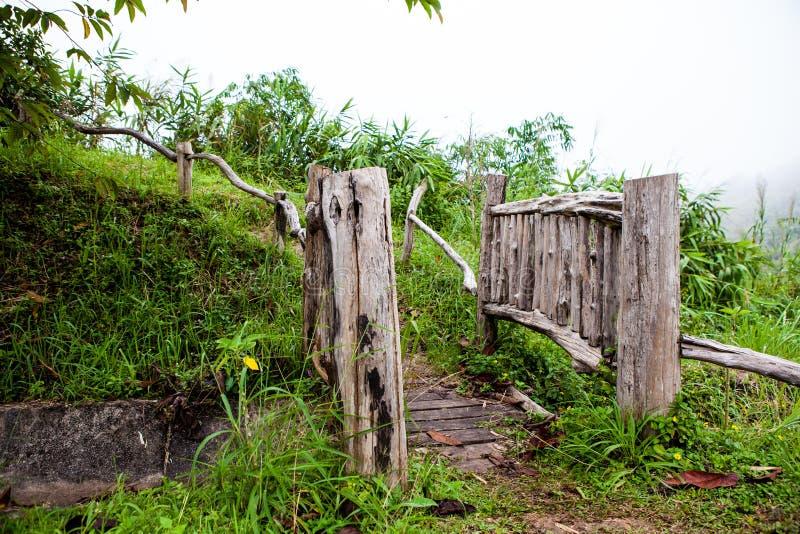 Ten piękny antykwarski drewniany most nad małą rzeką zdjęcie royalty free