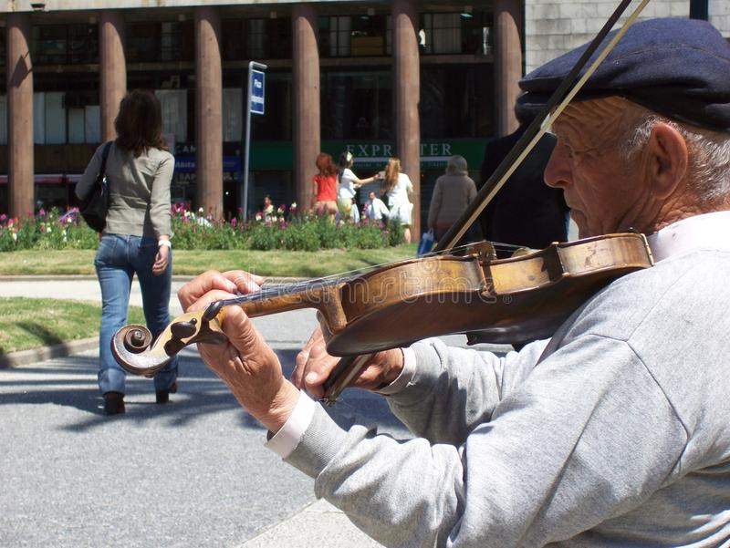 Ten skrzypaczka zawsze bawi? si? jego skrzypce zdjęcia royalty free