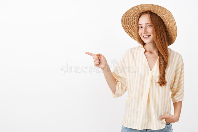 Ten sposób pokazuję ciebie Portret czarować szczęśliwej i kobiecej rudzielec eleganckiej kobiety cieszy się letniego dzień na pla obraz royalty free