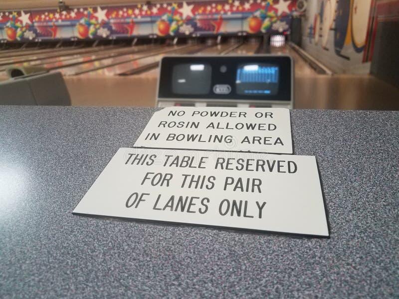 Ten stół rezerwujący i żadny proszek pozwolić kalafonia lub podpisujemy wewnątrz kręgle aleję obraz royalty free
