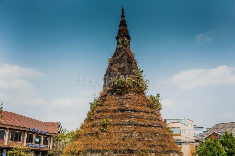Ten tama Antyczna, dzwoniasta stupa, wierzył once ochraniającym 7 przewodzącym wodnym wężem laos Vientiane fotografia royalty free