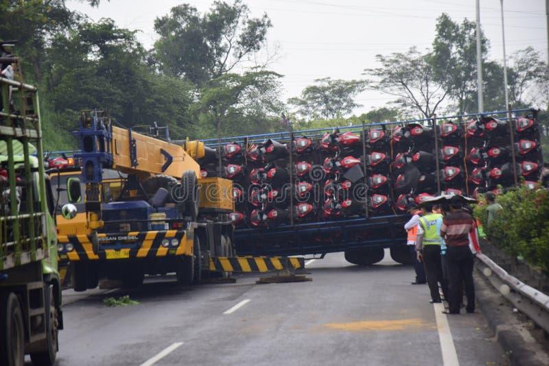 Ten val gebrachte vrachtwagen het dragen dozens van motorsport royalty-vrije stock fotografie