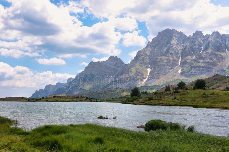 Tena谷的Tramascastilla湖在比利牛斯,西班牙 免版税图库摄影
