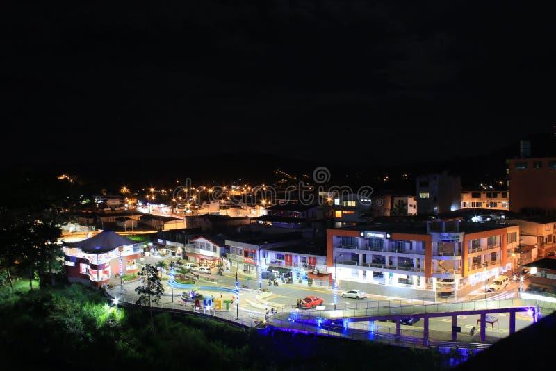 Tena, Ecuador che la plaza principale durante la notte si è accesa brillantemente immagine stock libera da diritti