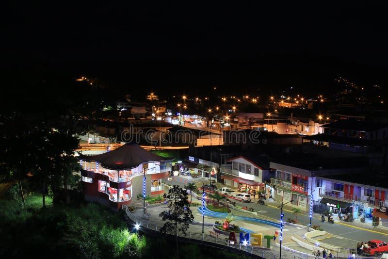 Tena, Ecuador het belangrijkste plein tijdens de helder aangestoken nacht royalty-vrije stock foto's