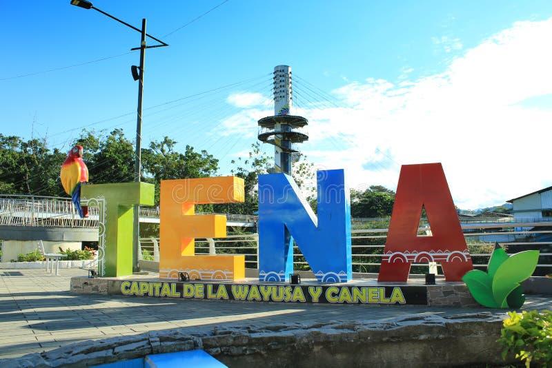 Tena, scritto nelle lettere e messo sulla plaza principale in tena con nella parte posteriore il espiral fotografia stock libera da diritti