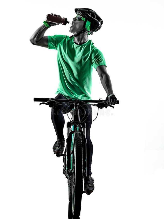 Tenager ch?opiec rower g?rski bking pij?cy cie? zdjęcia royalty free