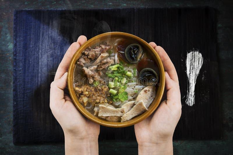Tenant la soupe chaude à omelette avec du porc haché, la nourriture thaïlandaise de style, foyer sélectif et avec une profondeur  image stock
