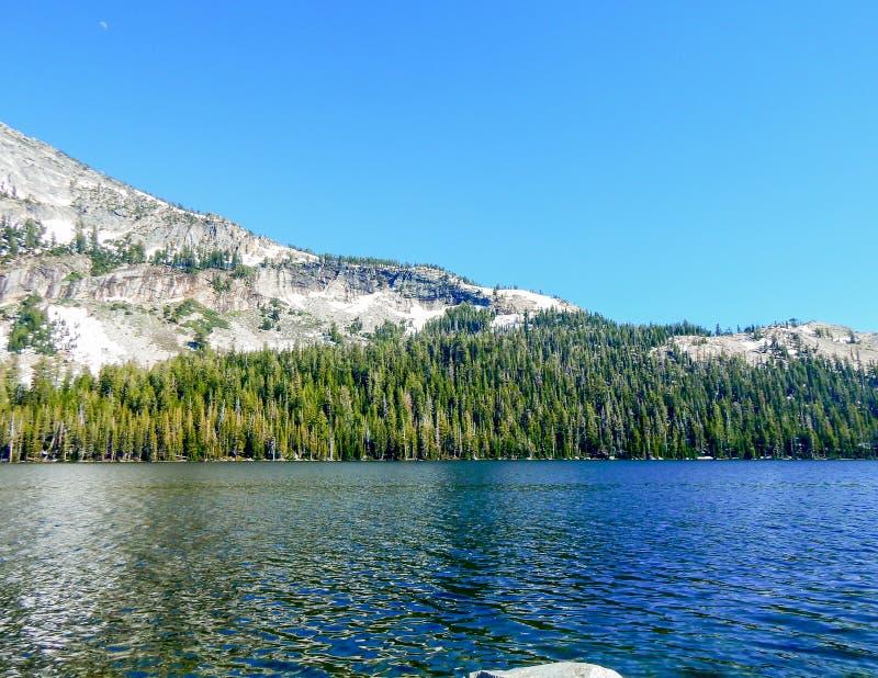 Tenaya sjön med sörjer och berg fotografering för bildbyråer
