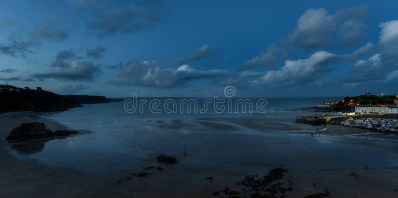 Tenby 's nachts, atmosferische panoramische avond overzeese mening, blauw uur royalty-vrije stock fotografie