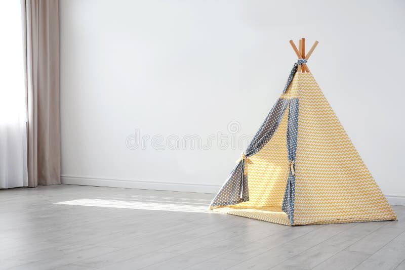 Tenda accogliente del gioco per i bambini come elemento dell'interno della scuola materna nella stanza vuota fotografia stock libera da diritti