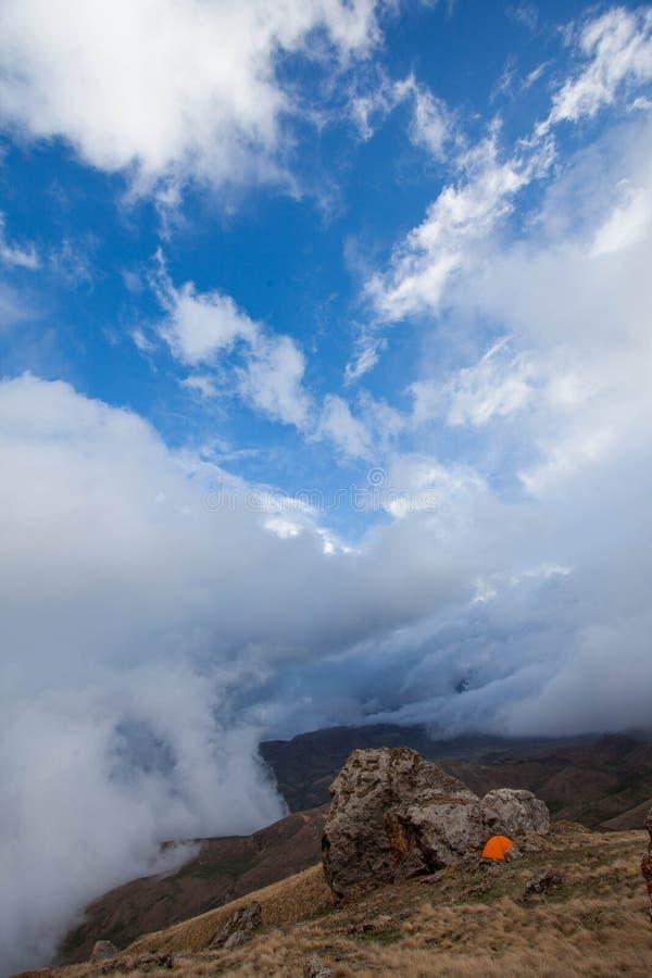 Tenda arancio in montagne fotografia stock libera da diritti