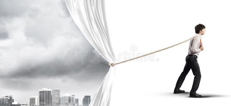Tenda bianca d'apertura del giovane e presentare il paesaggio moderno della città fotografie stock libere da diritti