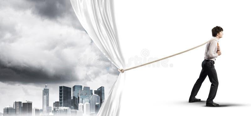 Tenda bianca d'apertura del giovane e presentare il paesaggio moderno della città fotografia stock